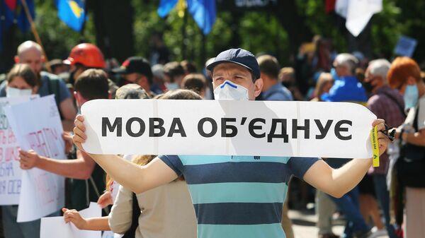 """Киевский политолог назвал """"причину"""" нищеты украинцев"""