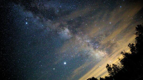 Небо во время прохождения кометы NeoWise над Краснодарским краем