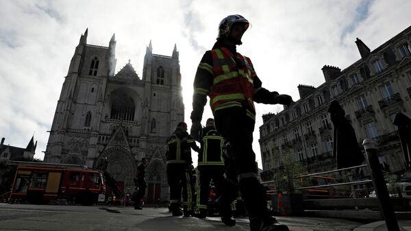 Пожарные во время ликвидации возгорания в Соборе святого Петра и Павла в Нанте, Франция