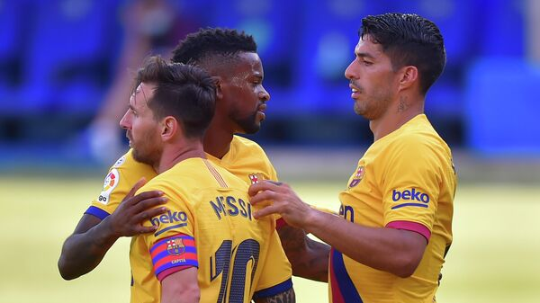 Barcelona's Portuguese defender Nelson Semedo (C) celebrates his goal with teammates Barcelona's Uruguayan forward Luis Suarez (R) and Barcelona's Argentinian forward Lionel Messi during the Spanish league football match between Deportivo Alaves and FC Barcelona at the Mendizorroza stadium in Vitoria on July 19, 2020. (Photo by ANDER GILLENEA / AFP)
