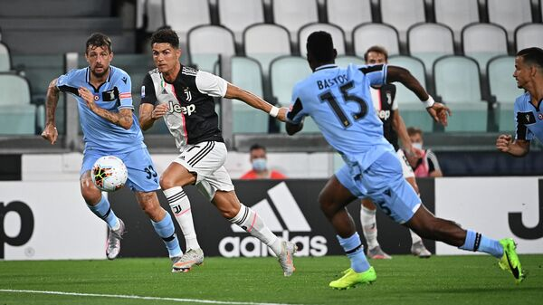 Juventus' Portuguese forward Cristiano Ronaldo (C) fights for the ball with Lazio's Italian defender Francesco Acerbi (L) and Lazio's Angolan defender Bastos (R) during the Italian Serie A football match between Juventus and Lazio, on July 20, 2020 at the Allianz stadium, in Turin, northern Italy. (Photo by Isabella BONOTTO / AFP)
