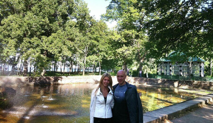 Денис Майданов с супругой Натальей в Петергофе