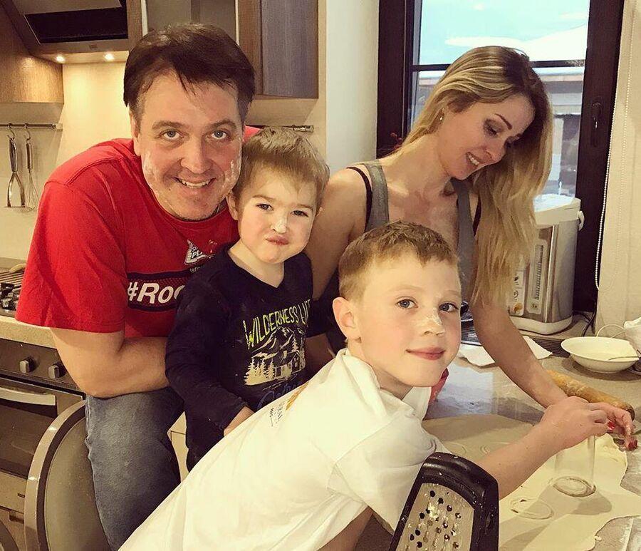 Актер Денис Матросов с семьей