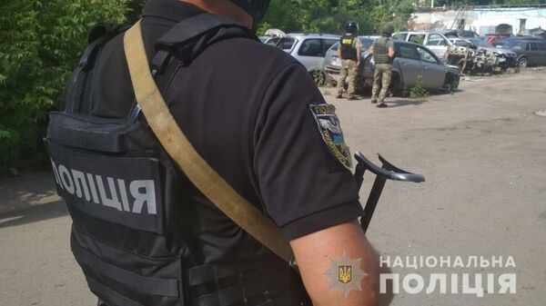 Сотрудники украинской полиции на месте происшествия в Полтаве