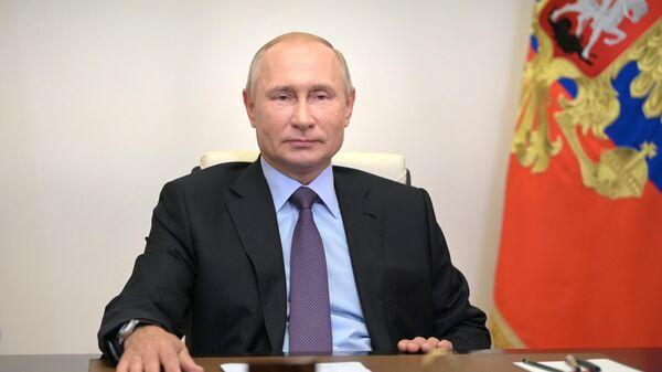 Президент РФ Владимир Путин принимает участие в режиме видеоконференции в церемонии запуска в эксплуатацию на Московском нефтеперерабатывающем заводе