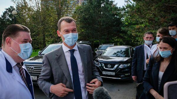 Врио губернатора Хабаровского края Михаил Дегтярев во время посещения краевой клинической больницы в Хабаровске