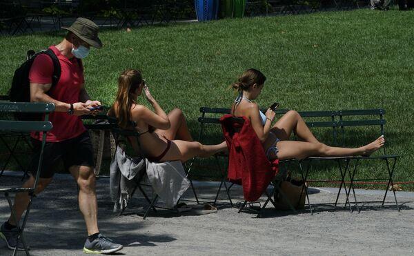 Люди наслаждаются солнцем в парке Брайант, Нью-Йорк