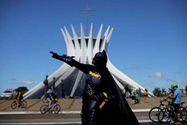 Участник акции протеста в Бразилии
