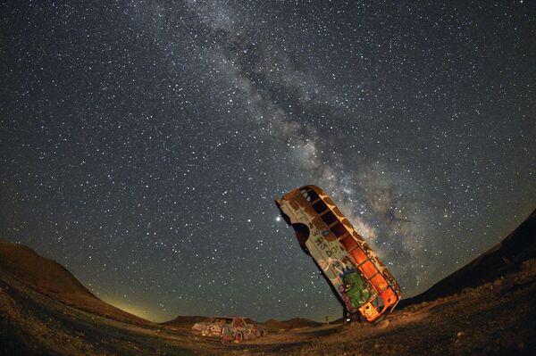 Млечный Путь в небе над инсталляцией Международный Автомобильный Лес Тайной Церкви в Неваде, США