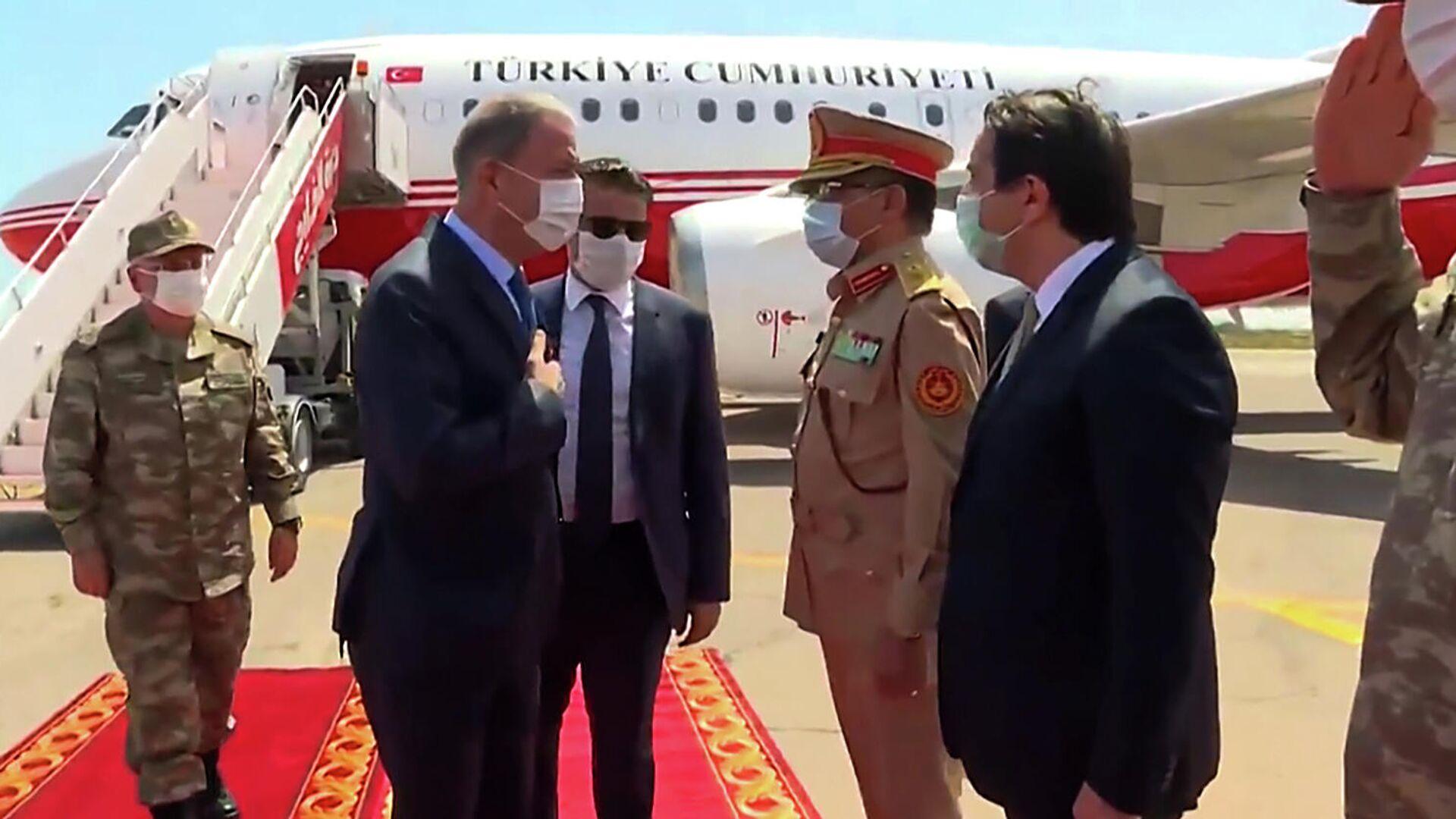 Министр обороны Турции Хулуси Акар приветствует ливийских чиновников в Триполи - РИА Новости, 1920, 24.07.2020