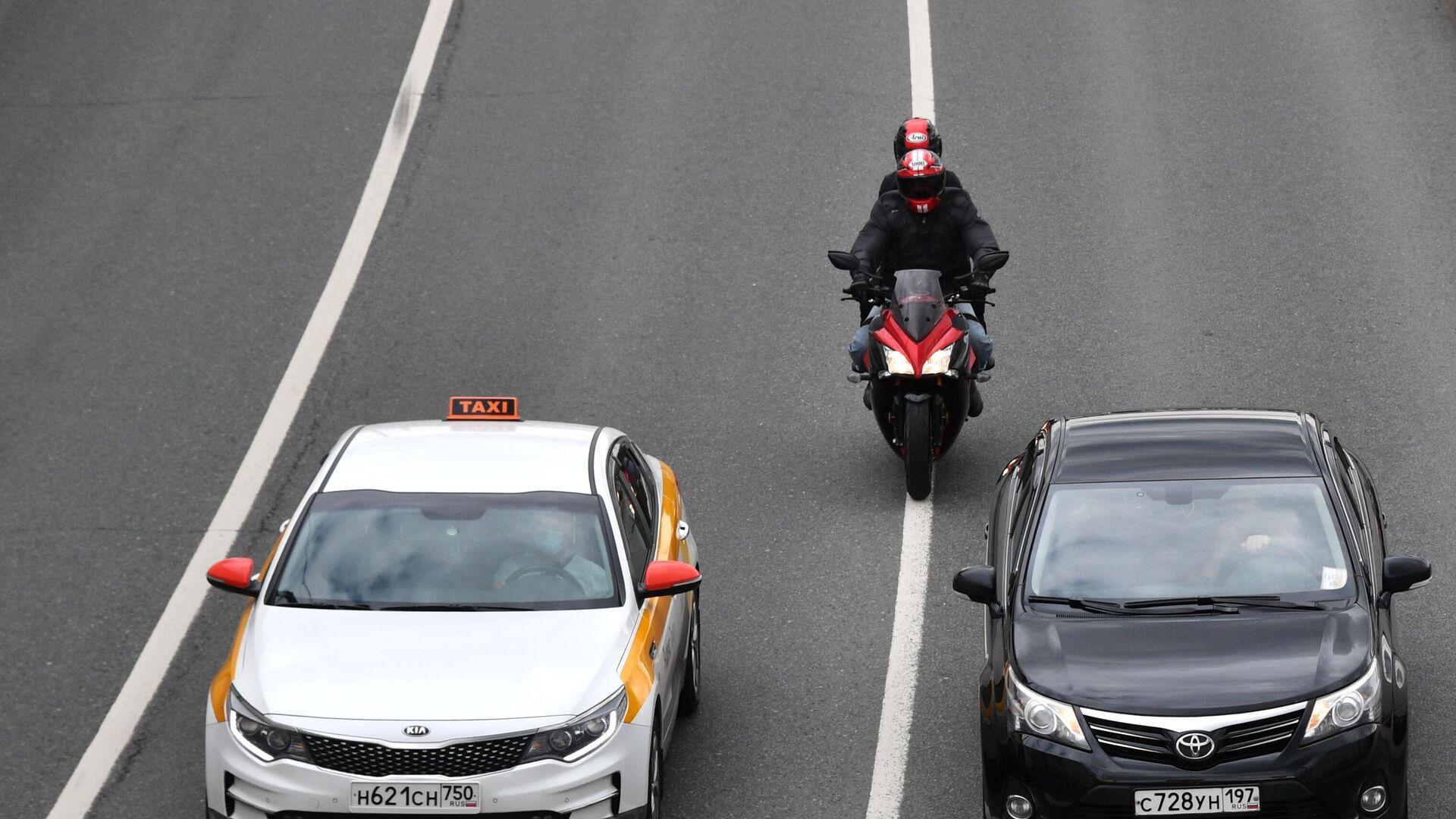 Мотоциклист двигается между рядами по проезжей части в Москве - РИА Новости, 1920, 13.09.2020