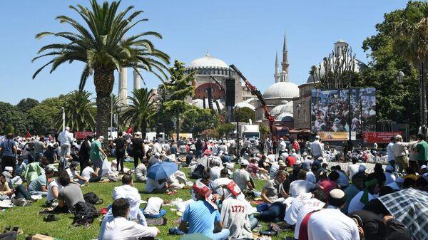Верующие на площади Султанахмет у собора Святой Софии в Стамбуле