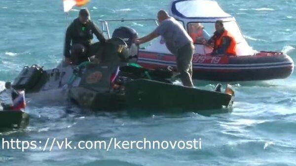 Бронетранспортер уходит под воду в Керченском проливе
