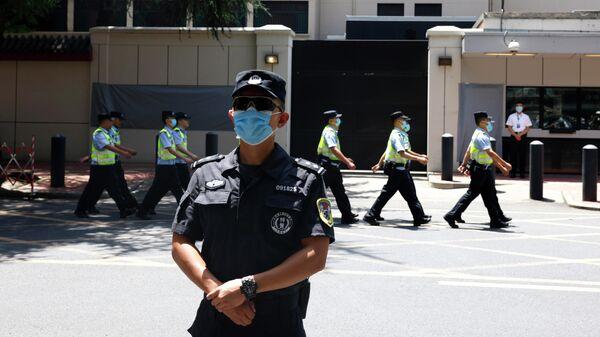 Полицейский стоит перед зданием бывшего консульства  США в Чэнду, провинция Сычуань, Китай