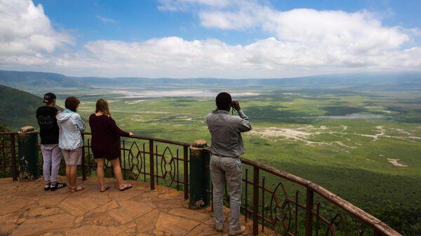 Туристы по время посещения кратера Нгоронгоро в Танзании