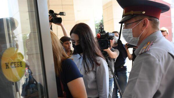 Мария Хачатурян у здания Бутырского районного суда города Москвы