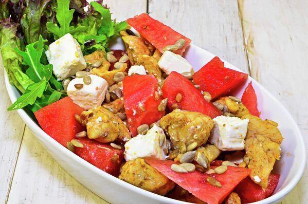 Салат с куриной грудкой и арбузом