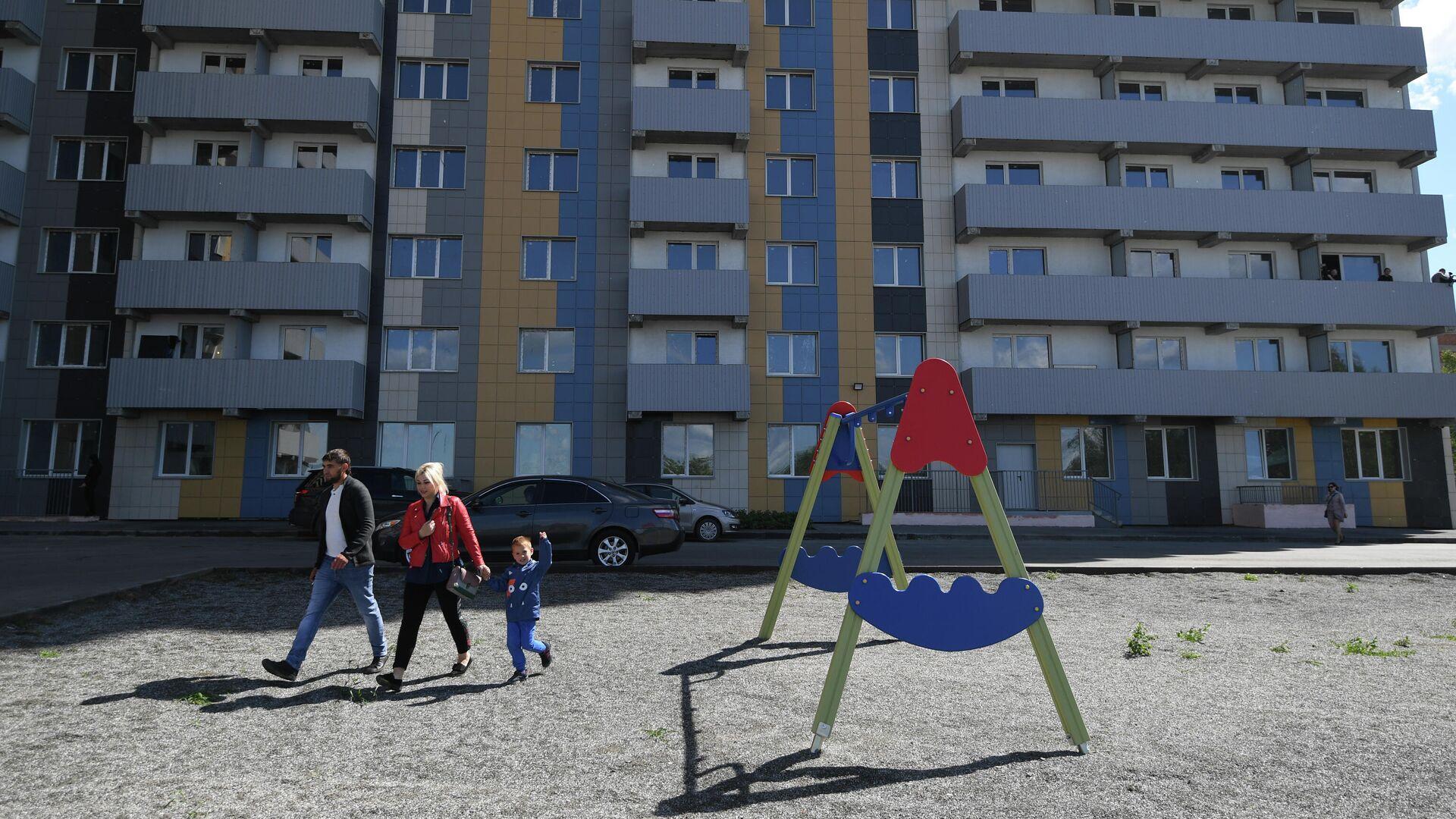 Вручение первых ключей от квартир жильцам нового дома в Новосибирске - РИА Новости, 1920, 30.10.2020