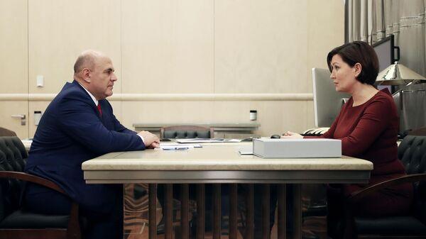 Председатель правительства РФ Михаил Мишустин и генеральный директор АСИ Светлана Чупшева во время встречи