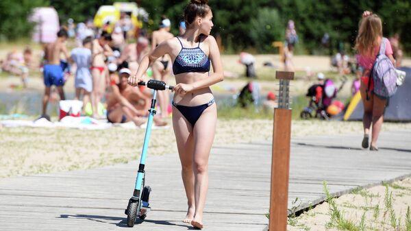 Девушка на пляже озера Лебяжье в Казани