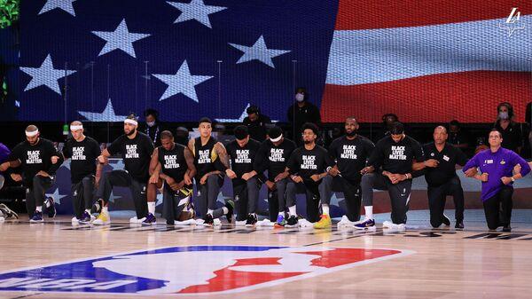 """""""Лейкерс"""" и """"Клипперс"""" провели акцию против расизма перед матчем НБА"""