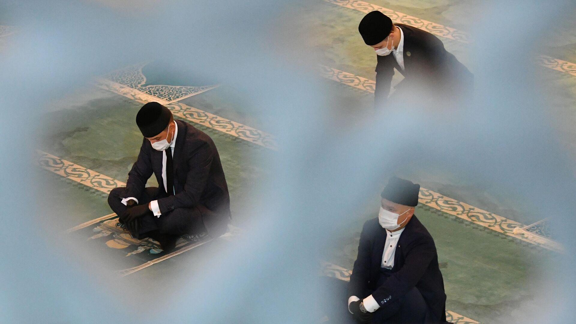 Верующие на богослужении в честь праздника Курбан-байрам в Московской соборной мечети - РИА Новости, 1920, 20.07.2021