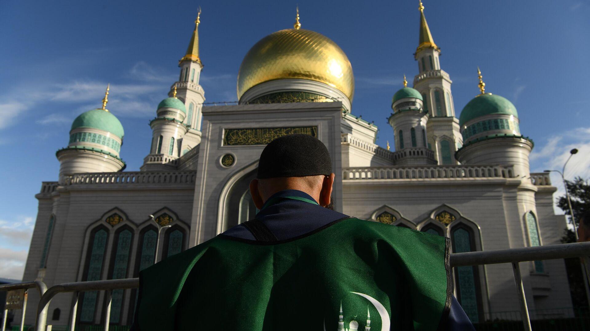 Волонтер возле Московской соборной мечети во время богослужения в честь праздника Курбан-байрам - РИА Новости, 1920, 11.05.2021
