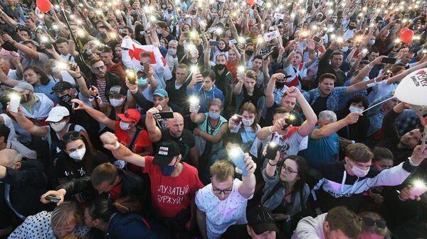 Участники митинга-встречи кандидата в президенты Беларуси Светланы Тихановской с избирателями в парке Дружбы народов в Минске