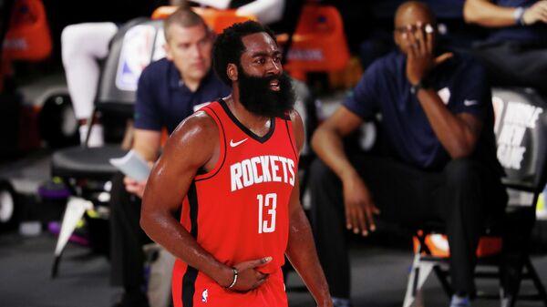 Баскетболист Джеймс Харден в матче НБА