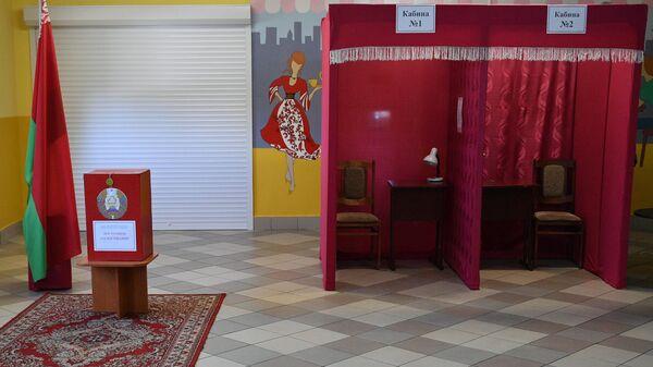 Избирательный участок в поселке Октябрьский в Гомельской области, где проходит досрочное голосование на выборах президента Белоруссии