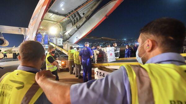 Выгрузка оборудования из самолета ИЛ-76 МЧС РФ в аэропорту Бейрута