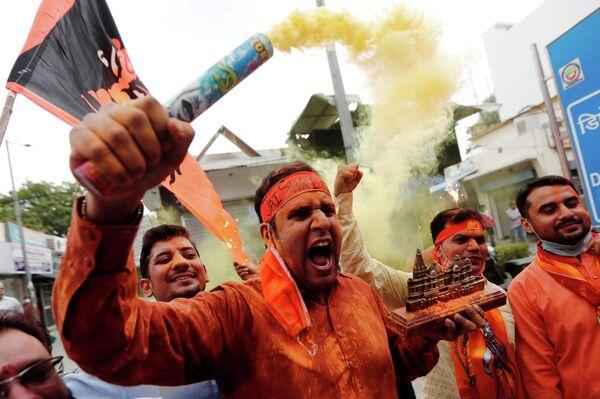Сторонник Бхаратия джаната парти празднует закладку первого камня храма Рамы в Индии