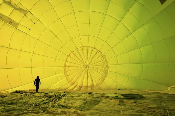 Мужчина в куполе воздушного шара