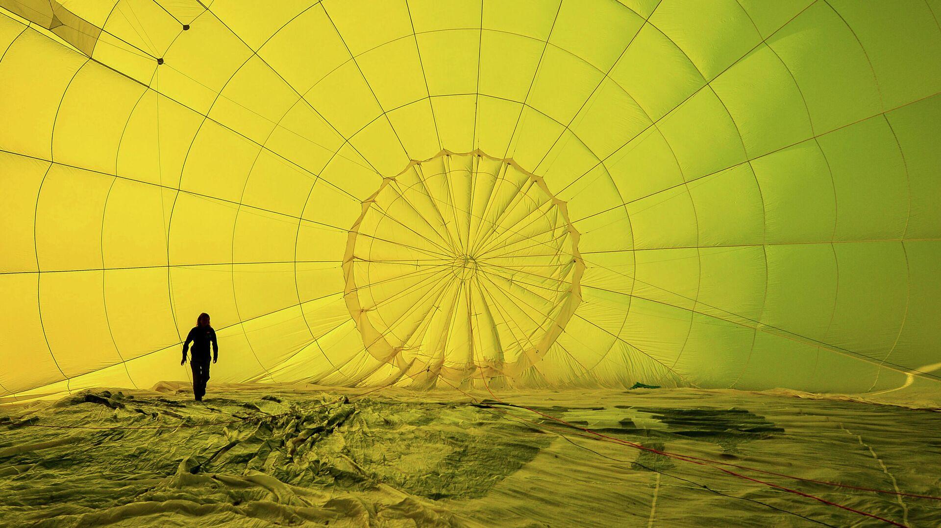Мужчина в куполе воздушного шара - РИА Новости, 1920, 03.08.2021