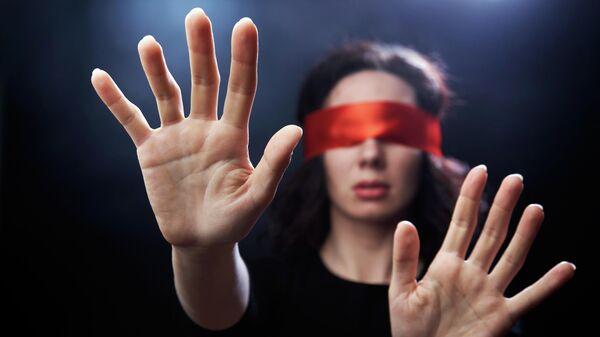 Женщина с повязкой на глазах