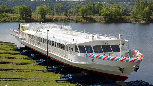 Церемония спуска на воду первого в истории РФ речного пассажирского судна Чайка, работающего на сжиженном природном газе