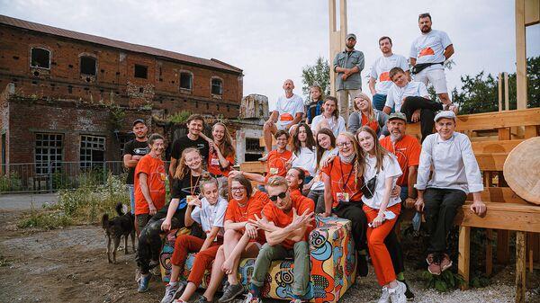 Команда волонтеров строительного лагеря готовится к первым концертам и лекциям на свежем воздухе