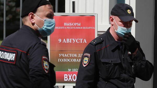 Сотрудники полиции у здания посольства Белорусии в Москве во время голосования на выборах президента Белоруссии