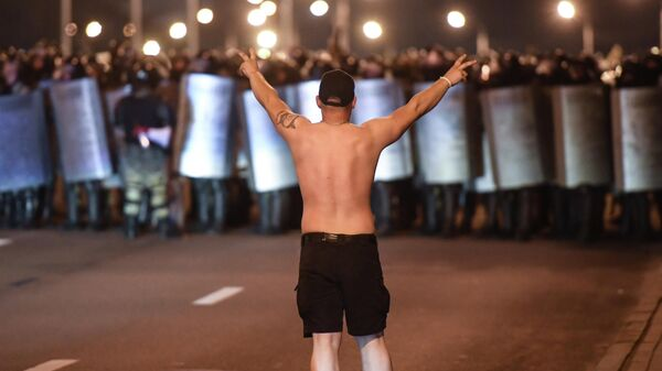Участник акции протеста на одной из улиц в Минске