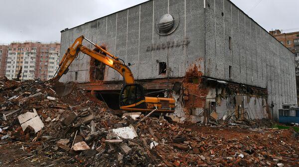 Уборка строительного мусора во время реконструкции кинотеатра