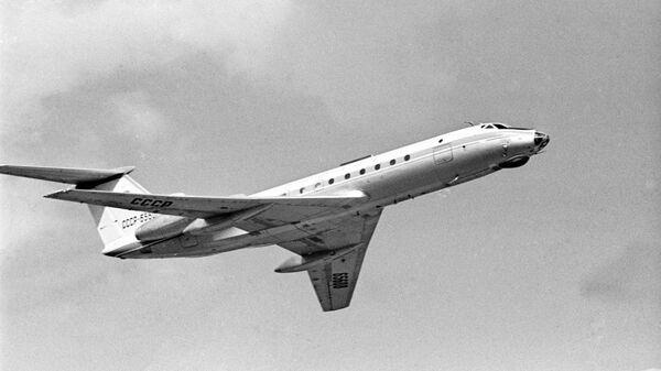 Самолет Ту-134 в полете.