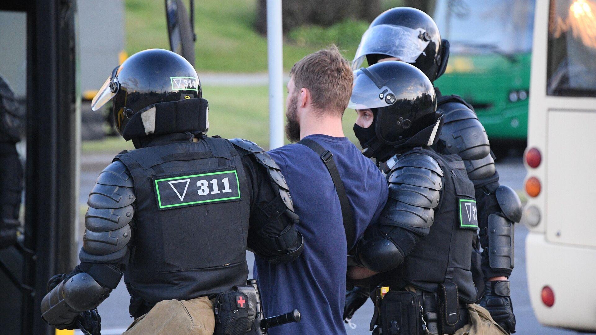 Сотрудники правоохранительных органов задерживают участников акции протеста в Минске - РИА Новости, 1920, 21.09.2020