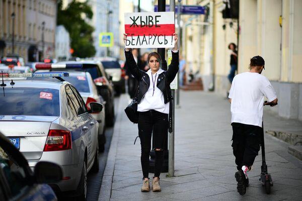 Девушка с плакатом Живе Беларусь! у посольства Белоруссии в Москве