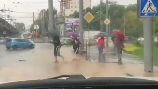 Кадр из видео, снятого водителем Lexus, окатившем людей водой