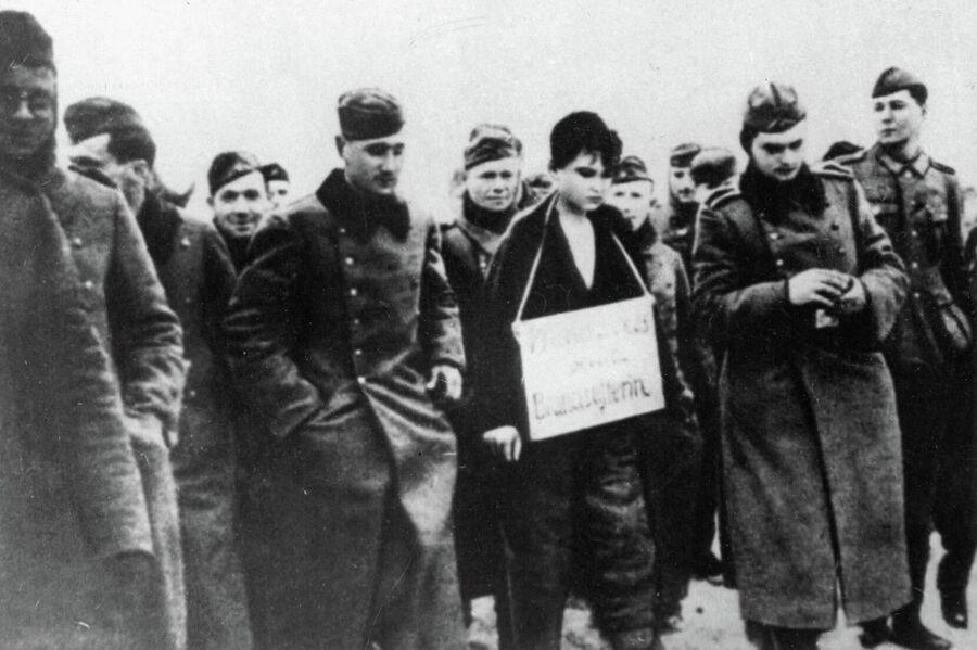 Зою Космодемьянскую ведут на казнь. 1941