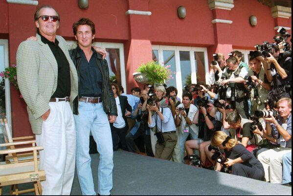 Актеры Джек Николсон и Шон Пенн на презентации фильма Постовой на перекрёстке на Венецианском кинофестивале, 1995 год