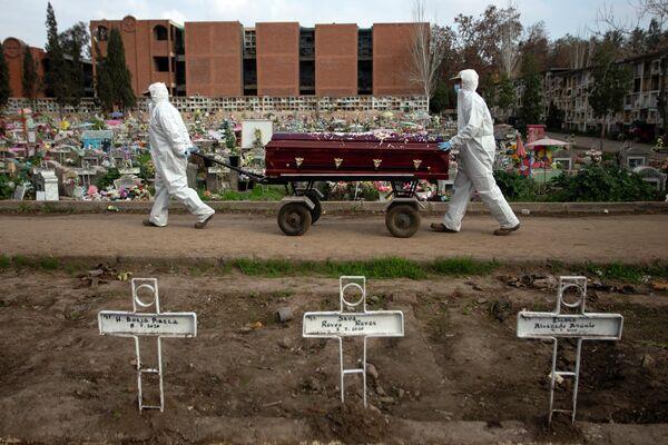 Могильщики на кладбище в Сантьяго