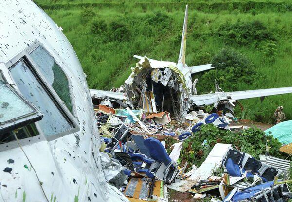 На месте инцидента с самолетом, совершившим жесткую посадку в Международном аэропорту Каликут, Индия