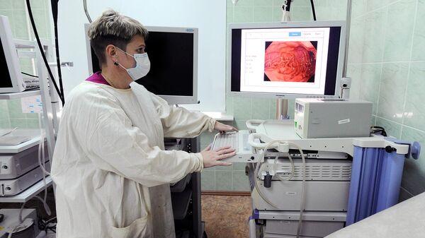 Медицинская сестра просматривает изображения после исследования