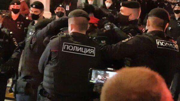 Полицейские задержали протестующего на акции у белорусского посольства в Москве
